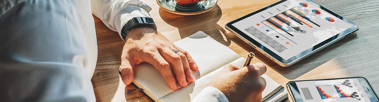człowiek piszący książkę