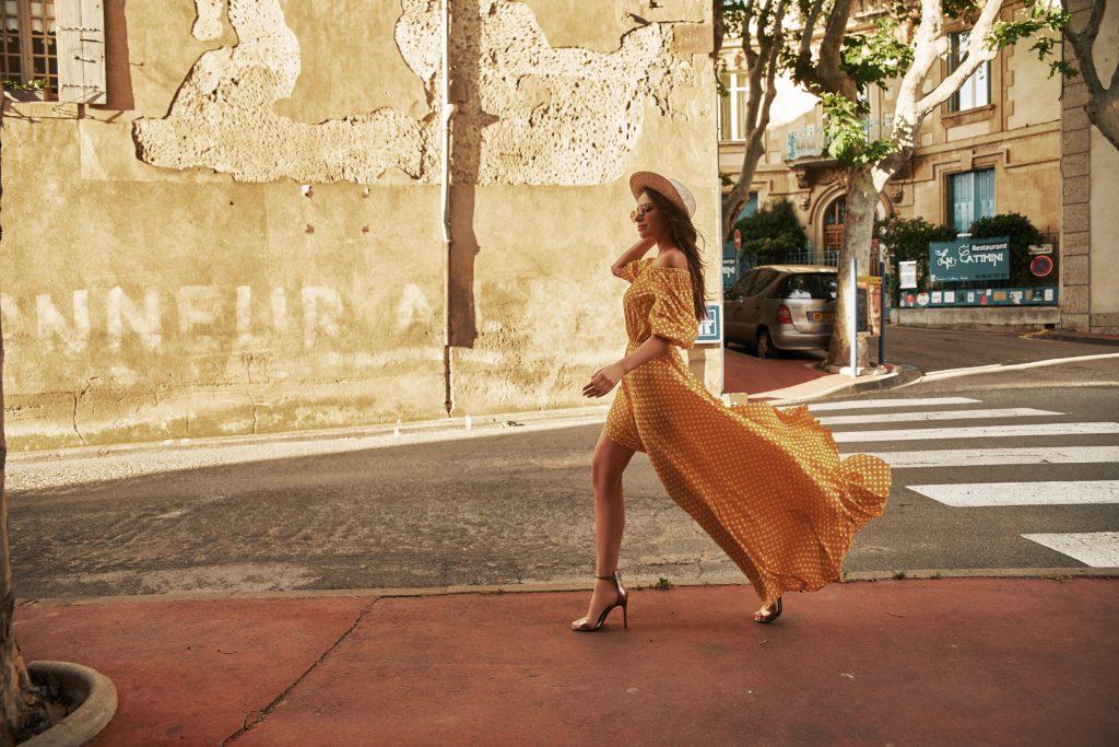 Kobieta wletniej sukni
